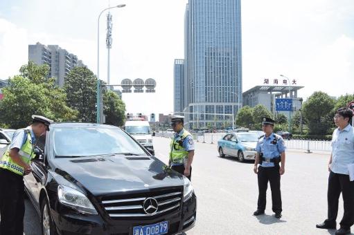 长沙交警助力法院精准查缉破解执行难 首日拦停扣押5台车