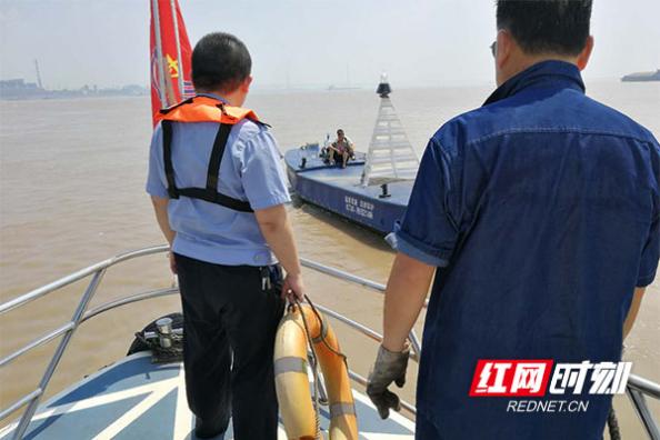 岳阳:渔民被困江中 公安海事联合救援