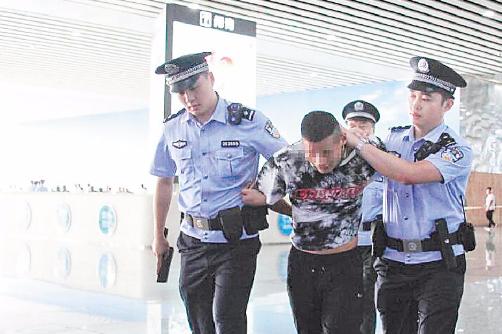"""多名黄牛在长沙火车南站收费插队""""抢""""票被警方抓获"""