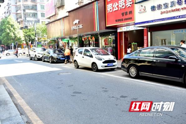 大祥区乾元巷划停车位 规范停车缓解交通压力