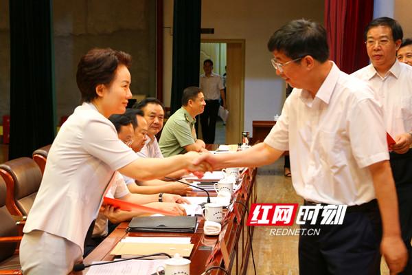 各县区党委书记递交党风廉政建设主体责任书。.jpg