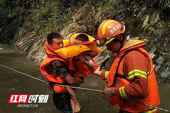 【快讯】桃江县松木塘南河冲溯溪爆发山洪多名游客被困山谷