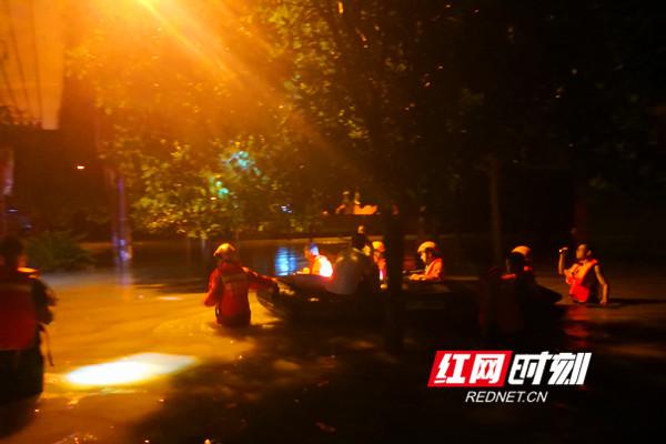 永州:暴雨侵袭多人被困 消防官兵紧急营救