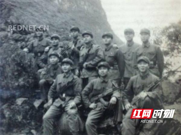 王裕文与战友的合影..jpg