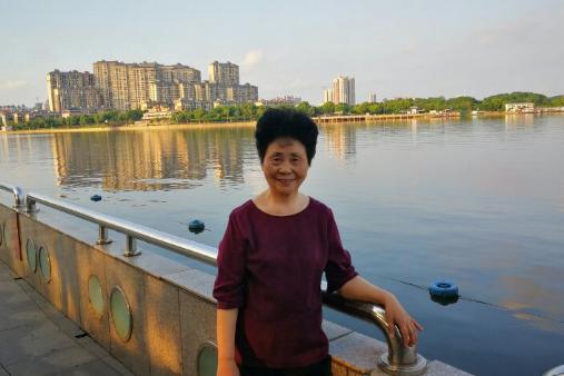 湘阴70岁女作家曹阿棣童心未泯 放飞蒲公英播撒爱的种子