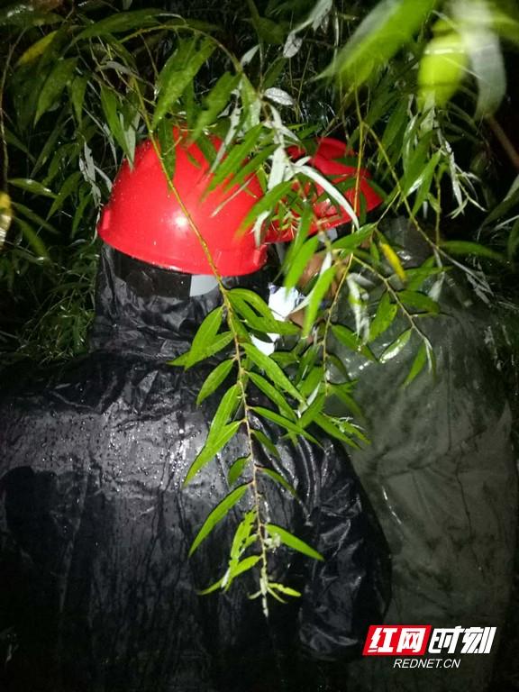 电力工人暴雨夜抢修,确保供电。.jpg