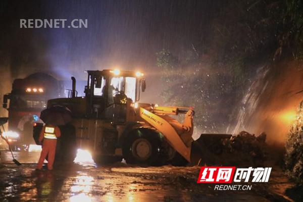 蓝山:暴雨致省道公路塌方 公路部门冒雨连夜抢通