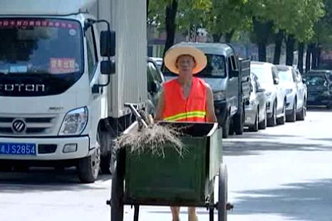 """【高温下的坚守】环卫工人:头顶热浪为城市""""梳妆"""""""