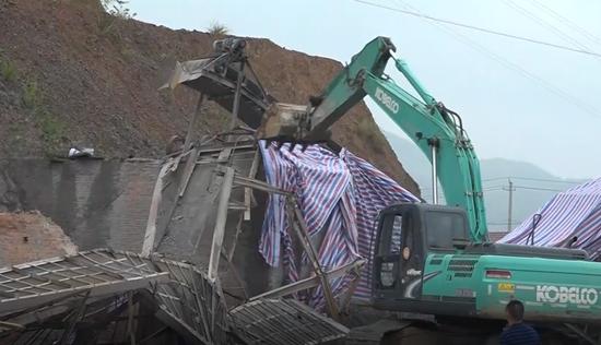 鹤城区依法拆除一非法搅拌厂