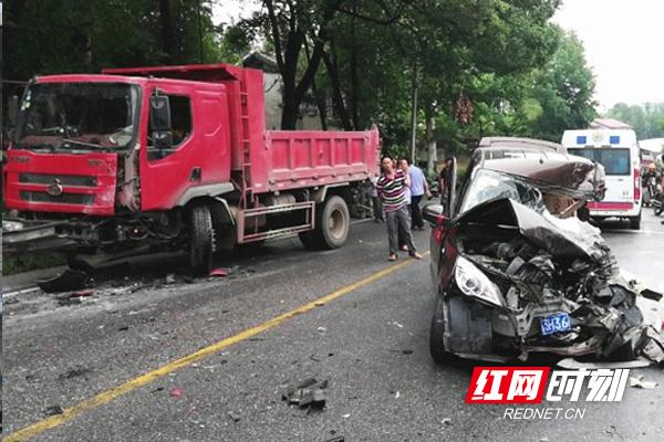 紧急救援!株洲县S211路段两车相撞1人被困