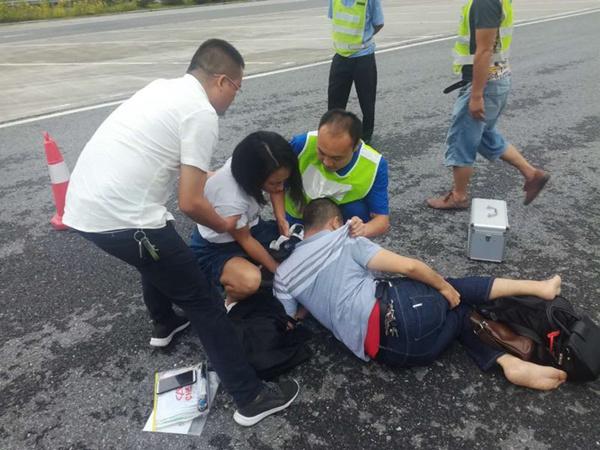新手女司机违规上高速致同伴受伤 桂东服务区工作人员紧急救助