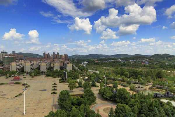 绿色东安——9月3日,东安县城在蓝天白云映照下美不胜收。唐明登/摄