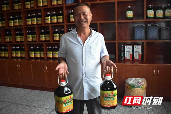 龚好祖提着合作社产的菜籽油,乐开了花。.jpg