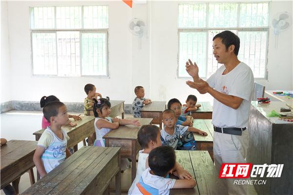 老师的一天 在青山深处驻扎,罗永华的育人扶贫路