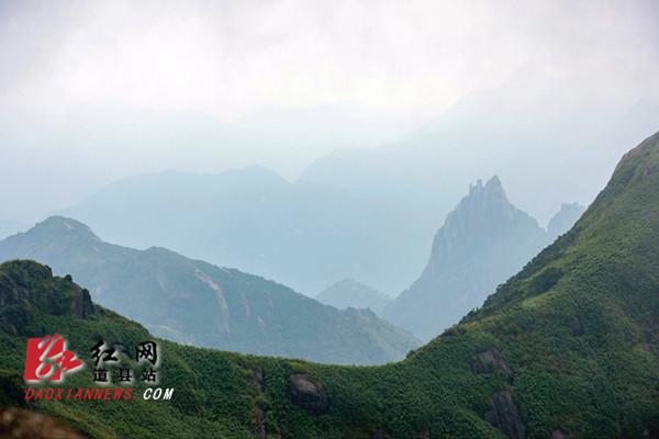 癞子山位于道县县城东南部,与宁远、江华交界,海拔1834.6米。因山中岩石裸露,树木稀少,形似癞子头,故名癞子山。