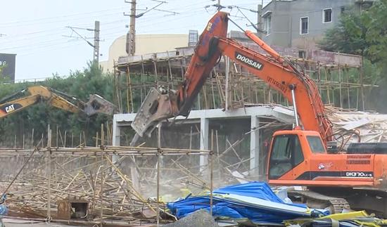 鹤城区:部门联合依法强制拆除一处违章建筑