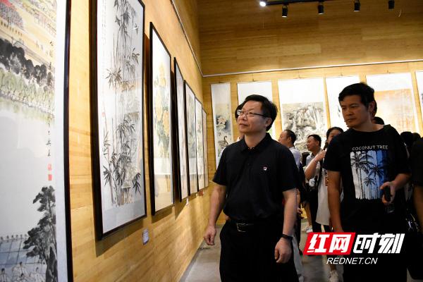 益阳市委常委、宣传部长胡立安(左一)现场观看参展作品.jpg