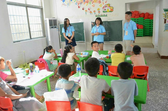 合肥师范学院大学生来到祖师殿镇中心小学关爱留守儿童