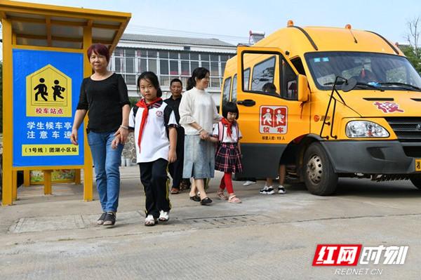 """津市设立91个校车停靠点 保孩子""""港湾""""安全"""