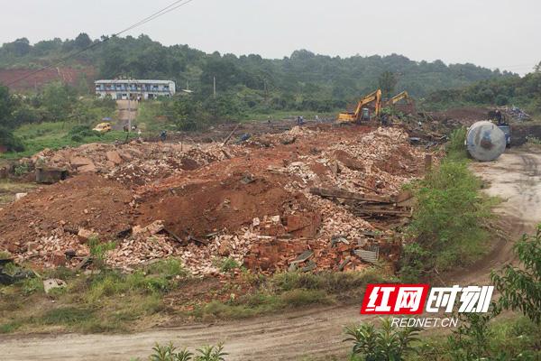 珠晖区全面拆除非法生产砖厂