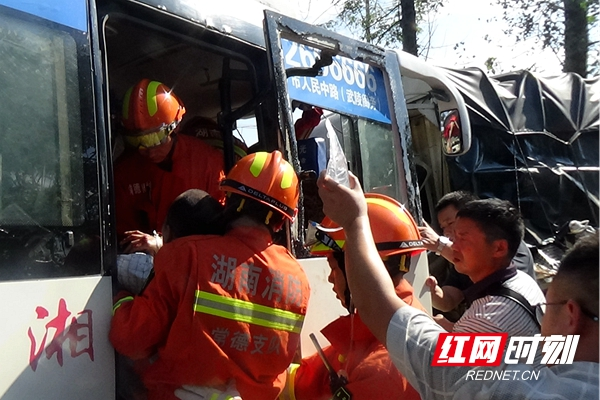 常德一中巴与货车迎面相撞 2人被困消防救援
