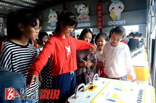 """""""这样的活动非常有意义,希望以后多开展。""""圣达学校老师粟锦霞说,中国流动科技馆巡展活动让学生开阔了眼前,启发了思维,领略了科学世界的神奇,促进了学生对科学知识产生了浓厚的兴趣。"""