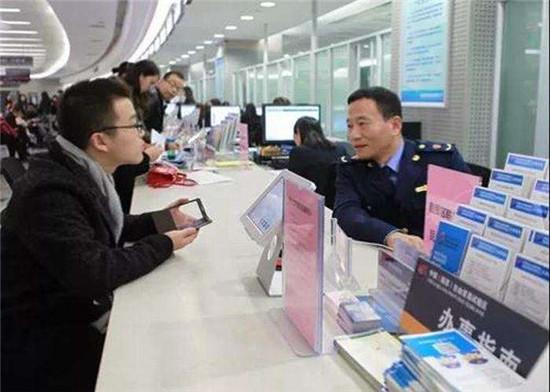 """鹤城工商分局颁发全区首张""""局所通办""""公司营业执照"""