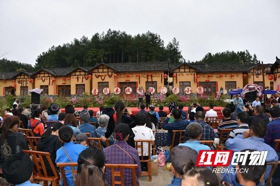 """叶红专与凤凰腊尔山夯卡村民""""喜庆丰收节"""""""