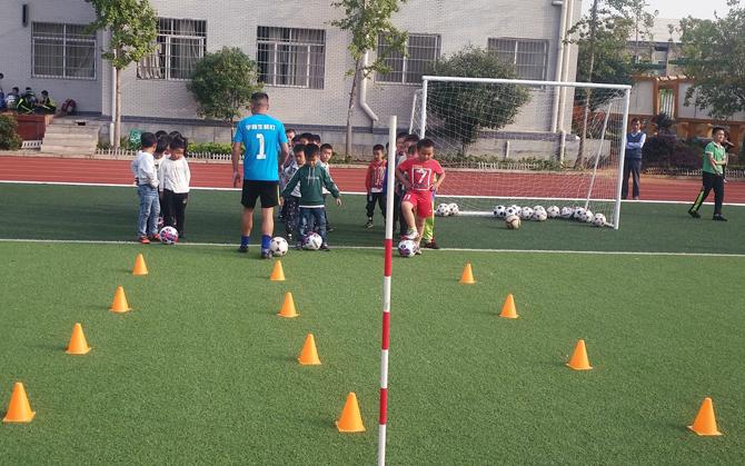 雨湖区又一学校签约发展校园足球
