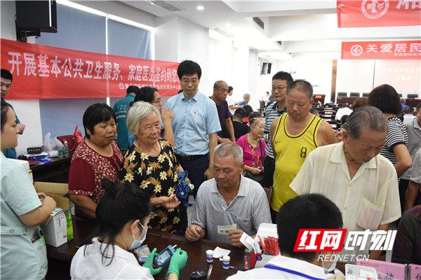 娄底:湘雅名医进社区 携手共建卫康室