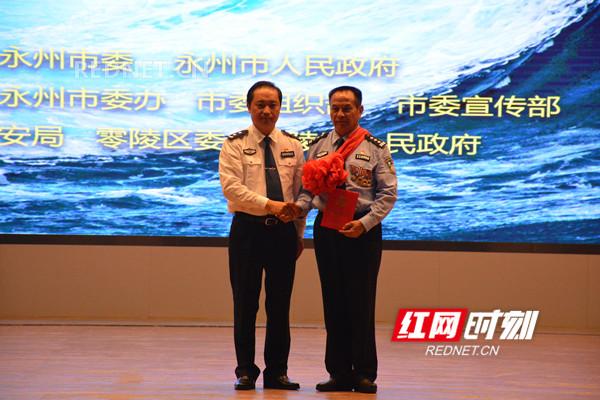 湖南省公安厅表彰黄超富同志(右)个人一等功。.jpg
