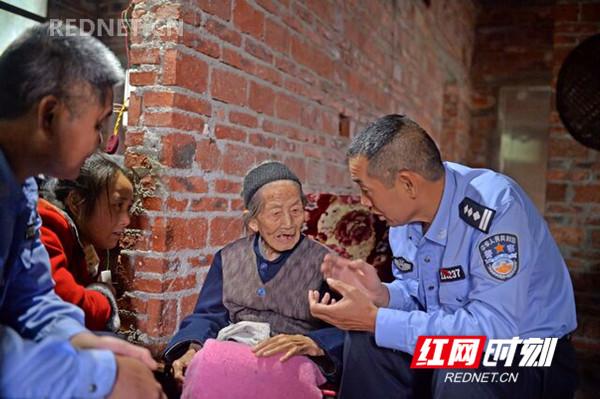 江永縣公安局民警上門為百歲老人辦理居民身份