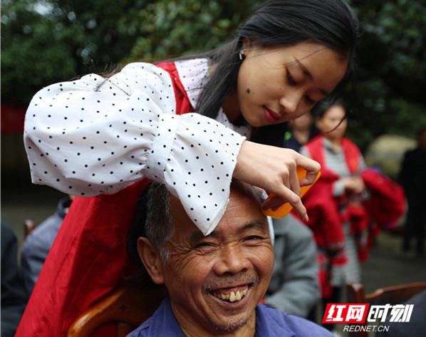 重阳节,巾帼志愿者用爱温暖敬老院