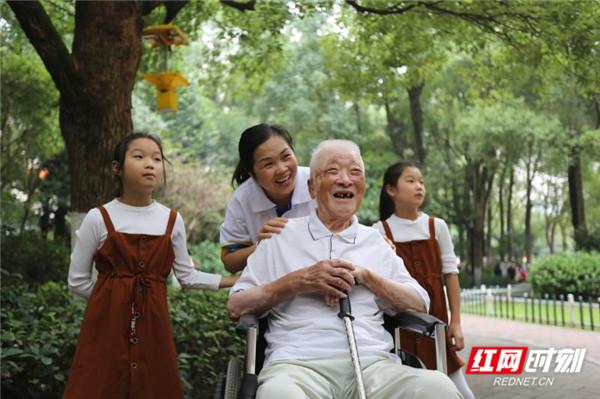 """惟愿夕阳无限好——记""""全国优秀养老护理员榜样人物""""罗忠花"""