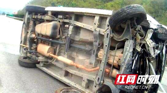 面包车高速侧翻司机被困车内 交警破窗救人