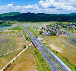 厦蓉高速:车在高速跑 人在画中游