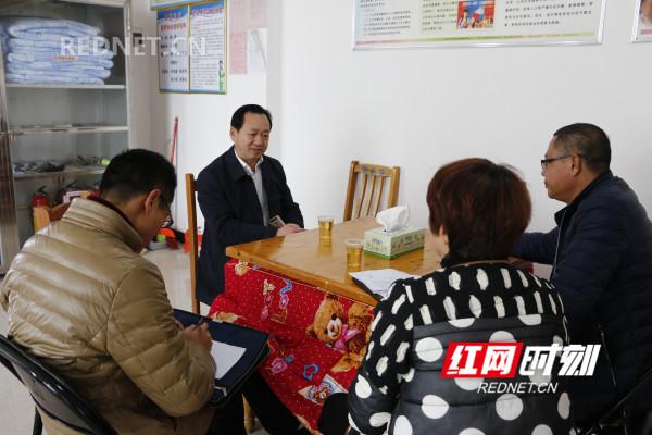 陈志华到新田县秀峰社区调研社区党建和在职党员进社区工作。.jpg