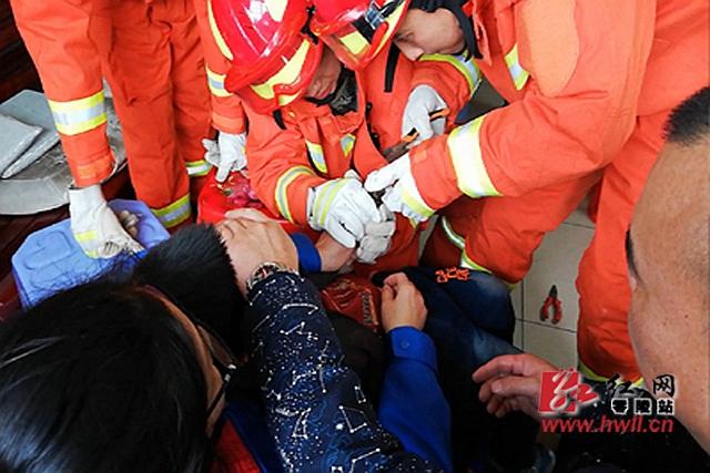零陵消防解救被卡手指三岁男童