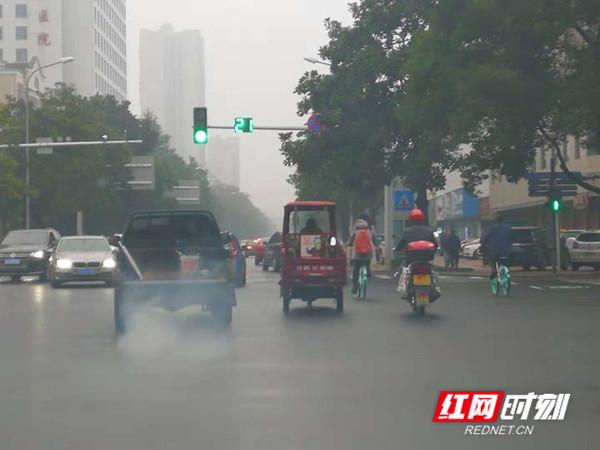 """市民举报超标7倍""""污染""""车 常德交警全城搜查"""