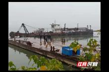 常德:两男子演双簧将70吨工程船当废铁卖