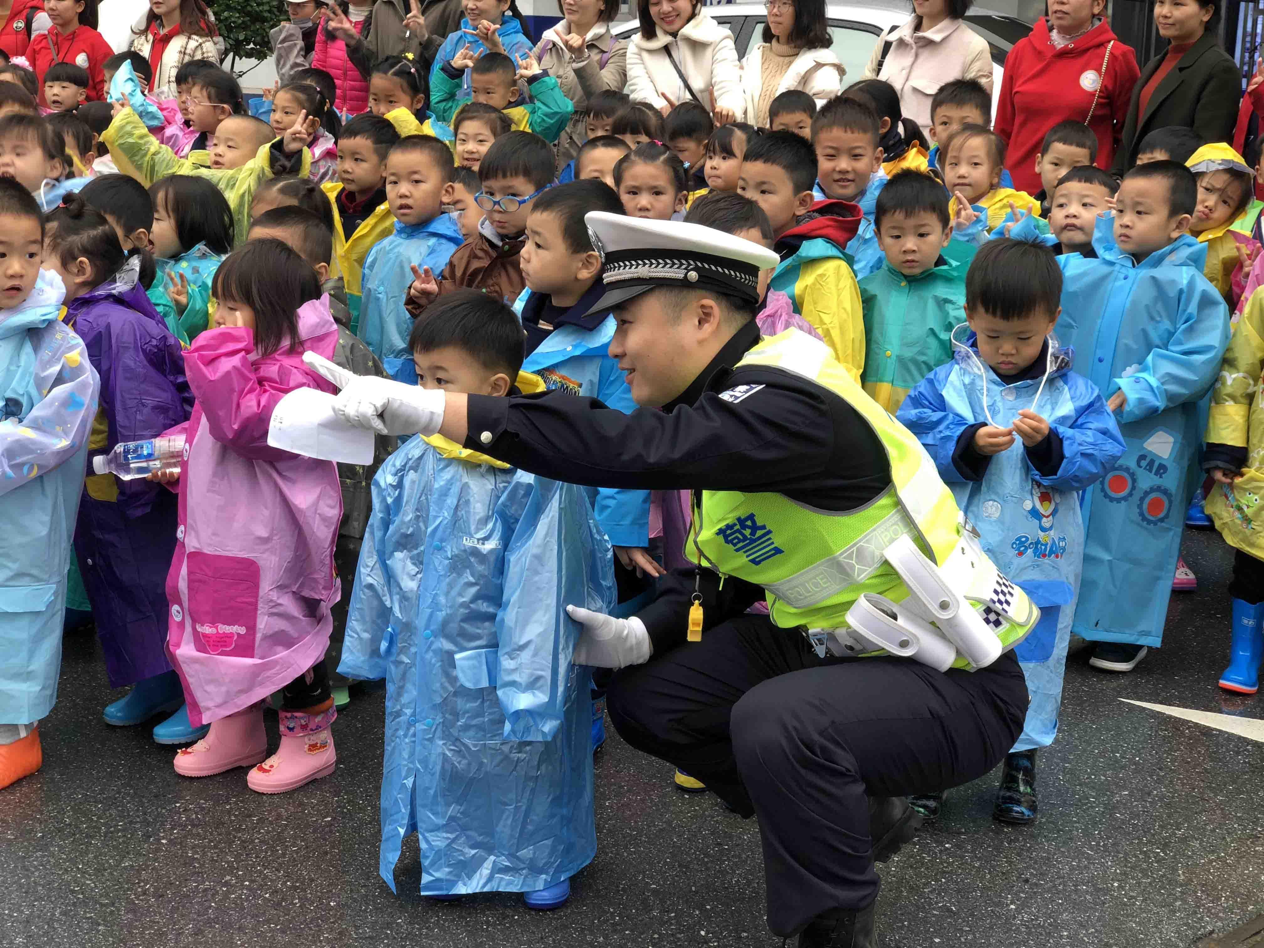 """""""交警叔叔好帅!""""小朋友们排排队,安全文明过马路!"""