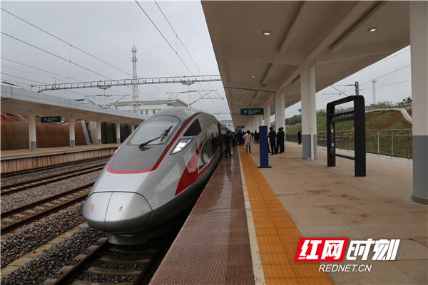 复兴号动车驶进西渡站 怀邵衡铁路计划12月26日通车