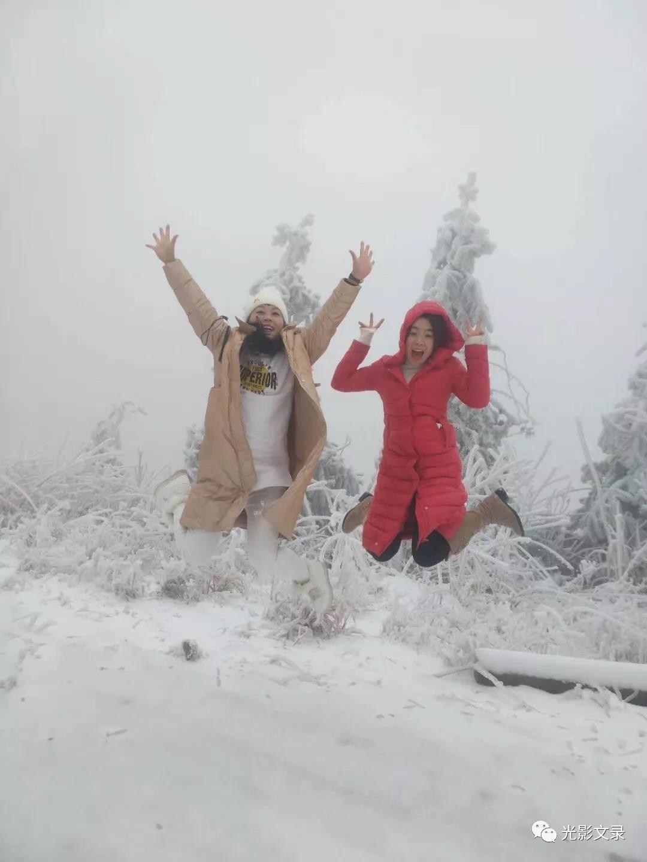 城里的雪总是零零絮絮,没有山中下得淋漓。为了能与初雪来一场痛痛快快的拥抱,带上一份愉悦的心情去踏雪。