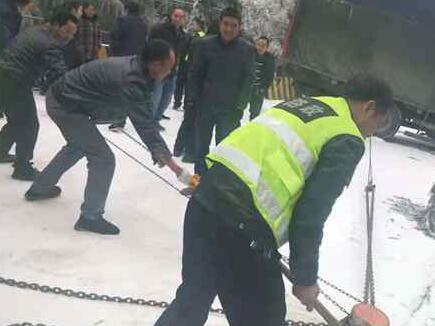 隆回县路政养护紧急救援被困车辆
