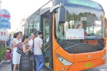 长沙公交惊现任性姐 一人横躺占一排