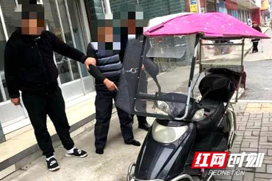 常德男子街头推着盗来的电动车 被辅警机智识破(视频)