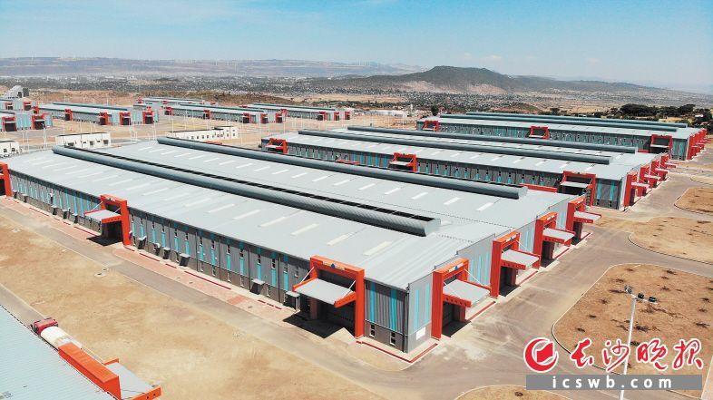 """湖南省政府在非洲的首个先行先试样板开发区——""""埃塞俄比亚·湖南工业园""""项目在埃塞奥罗米亚州阿达玛市建设正酣。     黄启晴 摄"""