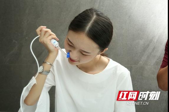 总忍不住挖鼻孔可能是病 可孚医疗提醒清洁鼻腔很重要