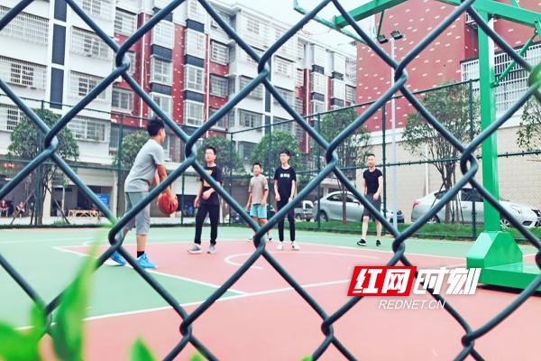 下班后,三五个工友相约篮球场,让汗水洗去一天的疲惫,奔跑跳跃,重新焕发活力。.jpg