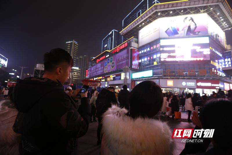 """新年,人气。昨晚的长沙步行街黄兴广场LED大屏只为你闪亮。""""星语星愿""""大屏实时互动,万人寄语新年心愿。共同期待碧桂园·2019湖南新年音乐周,与美好音乐共迎新年。"""